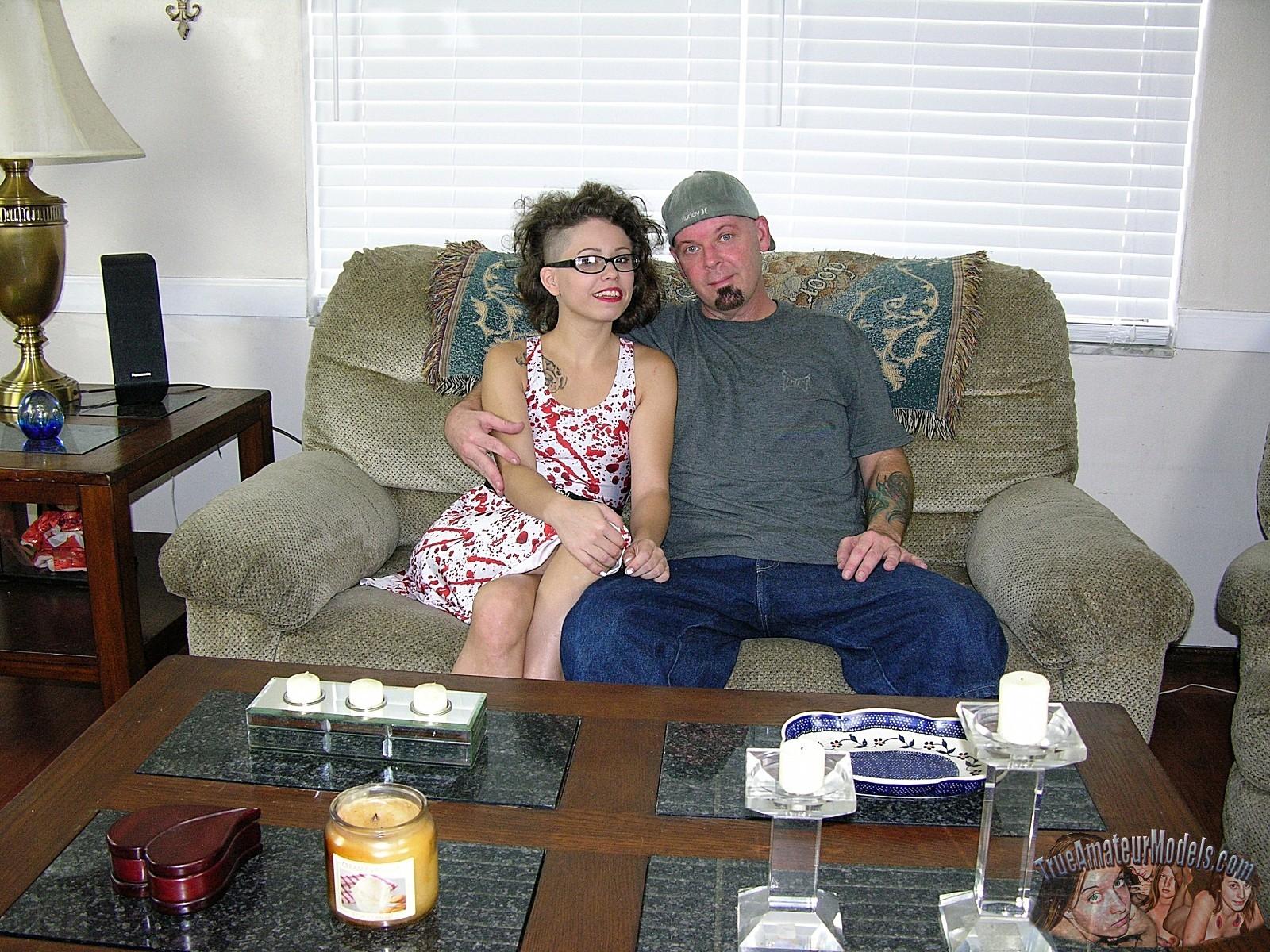 Кучерявая сучка в очках делает минет своему мужу который недавно вернулся домой