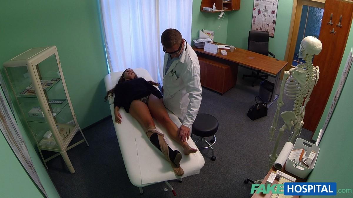 Озабоченный молодой доктор ебет своих пациенток не снимая с них трусиков
