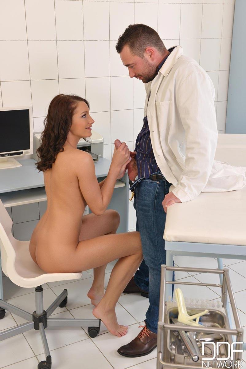 Не настоящий доктор выебал свою пациентку боком а потом кончил ей на киску