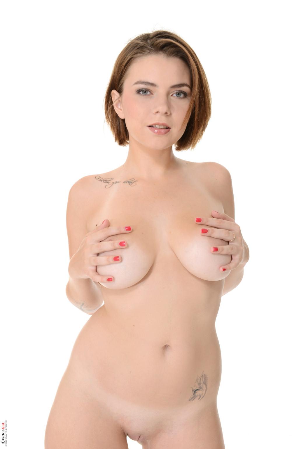 Марина Висконти обладает шикарной фигуркой, особенно поражают обалденные буфера