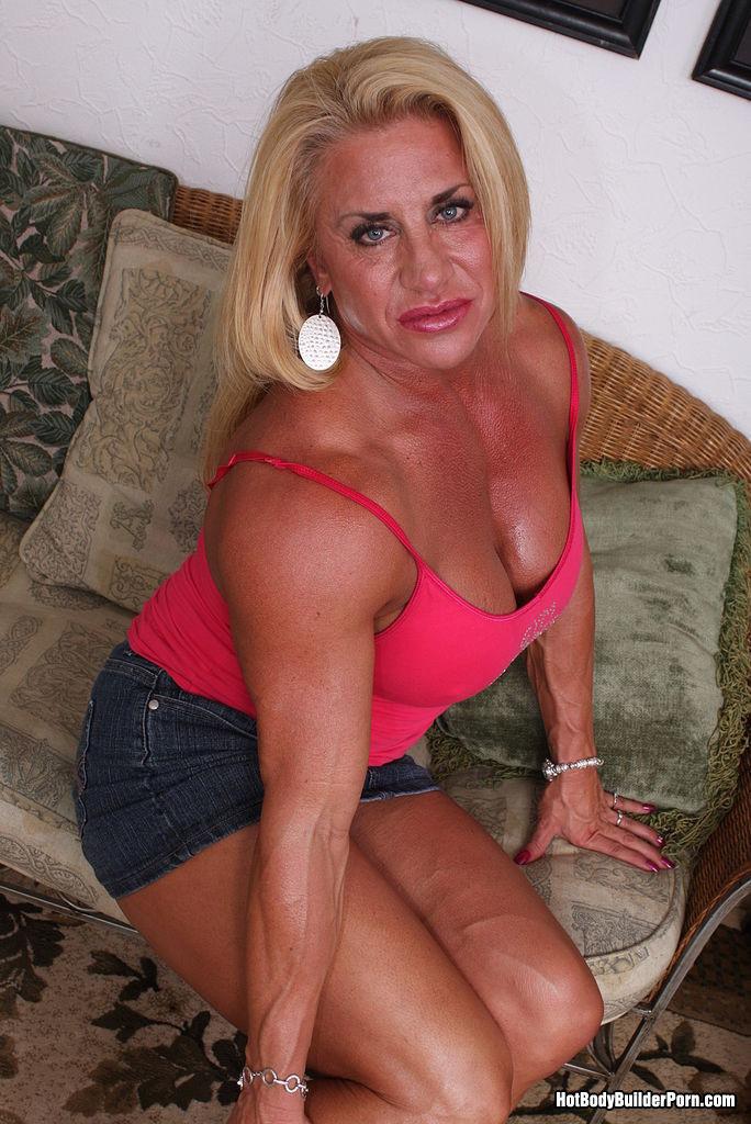 Женщина-бодибилдерша очень напоминает внешне мужчину, но всё же ее нутро говорит о женственности