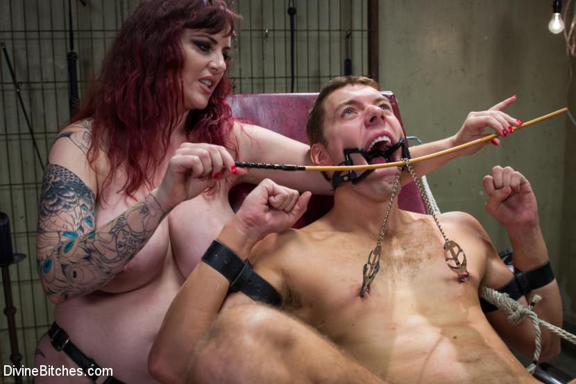 Пышная стерва в татуировках издевается над молоденьким симпатичным парнем