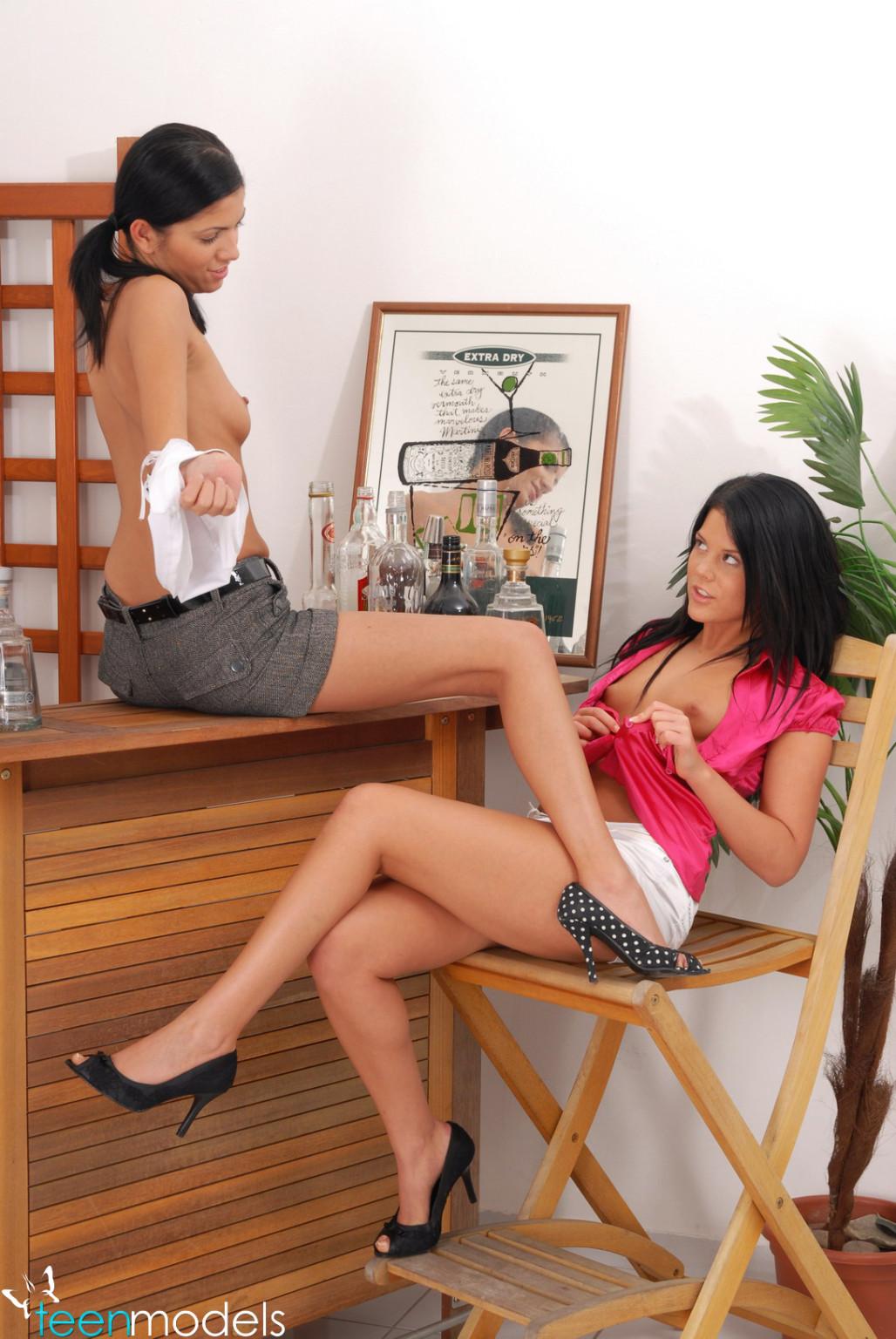 Две сексуальные красотки уединяются, чтобы показать - они умеют развлекаться и без мужчин
