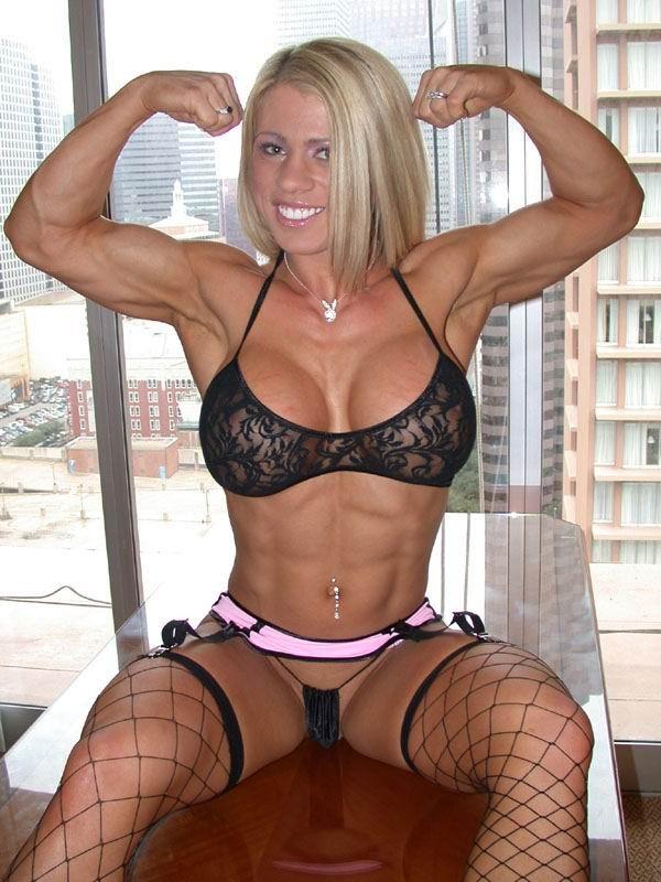 Сексуальная блондинка демонстрирует свое шикарное тело - ее занятия бодибилдингом не прошли даром