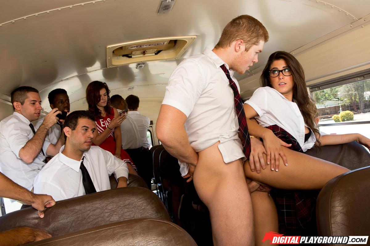 Куча студентов занялись еблей в автобусе который вез их на экскурсию