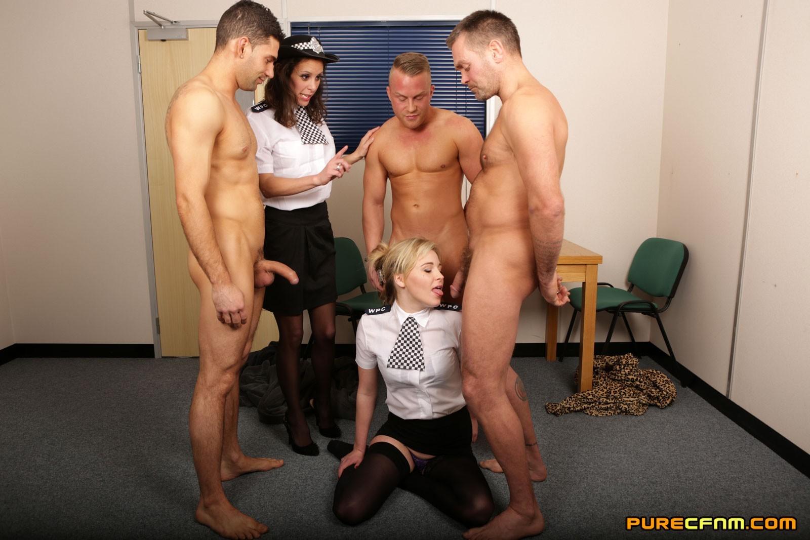 Две подружки в униформе сосут члены троим зрелым паренькам в халатах