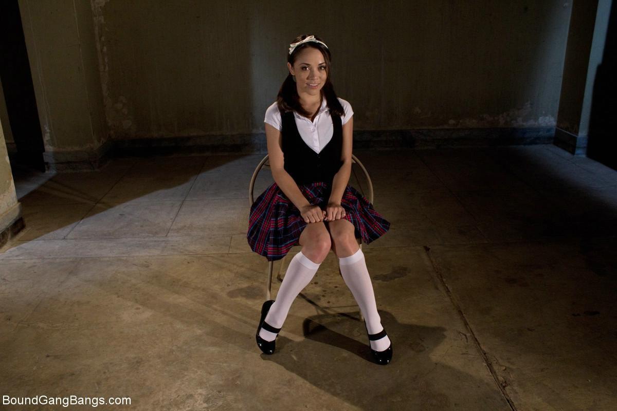 Кристина Роуз показывает свою развратность – она принимает на себя различные испытания, которые ей дают мужчины
