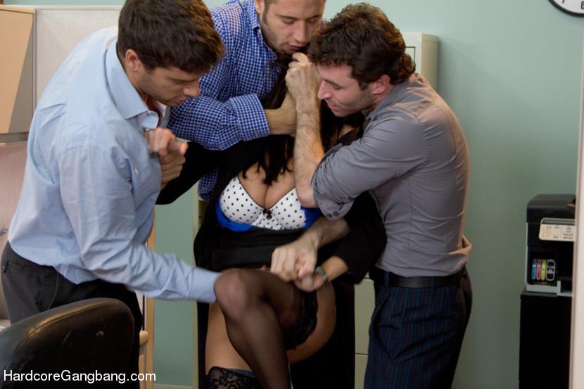 В офисе парни большими хуями очень жестко трахнули женщину с большими дойками