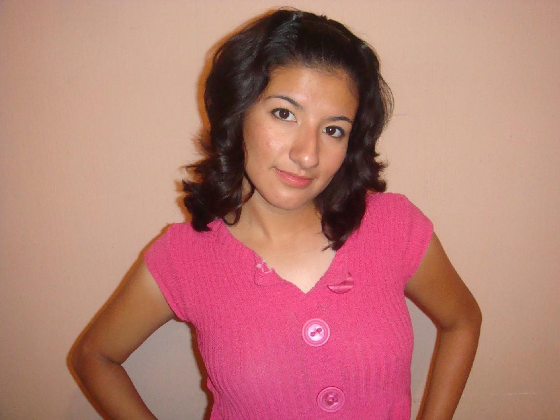 В розовом платье показывает свою мохнатую дырочку и делает приятно своему пареньку