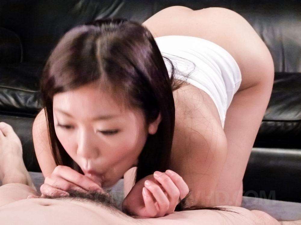 Натуральная японская красотка была хорошенько выебана на кожаном диване