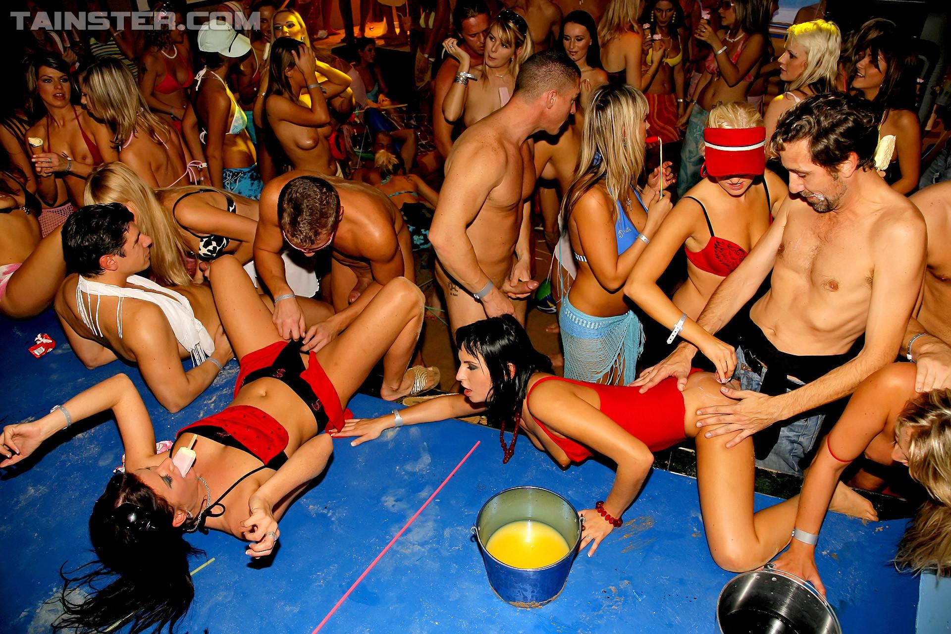 Пенная вечеринка окончилась большой оргией с кучей людей и мокрых пезд