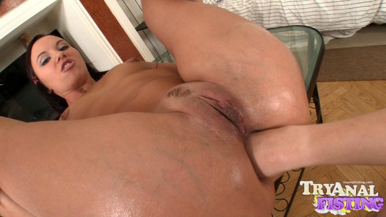 Бешеные телки сует себе в жопу и пизду руки и получают оргазм