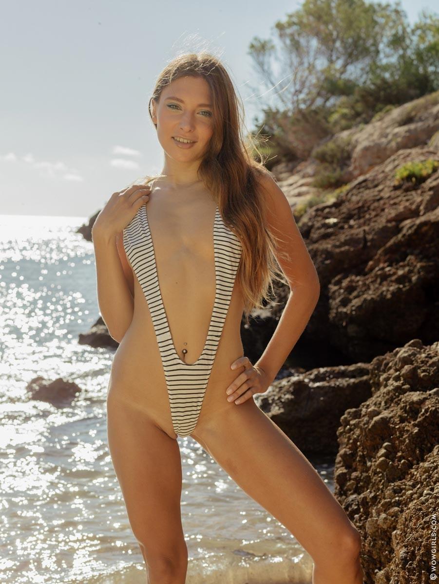 Талия Минт показывает обалденное тело, оставаясь наедине с морскими волнами и солнцем