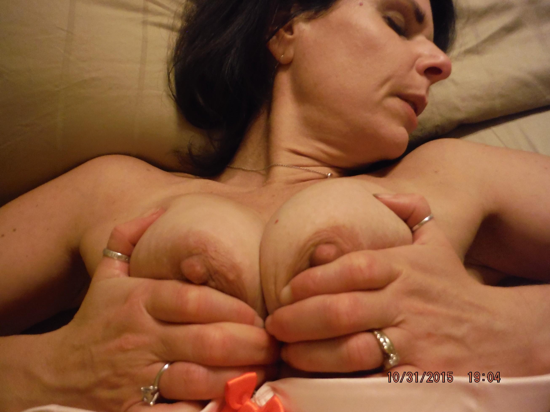 Зрелая королева с мохнатой пиздой красиво валяется на кровати
