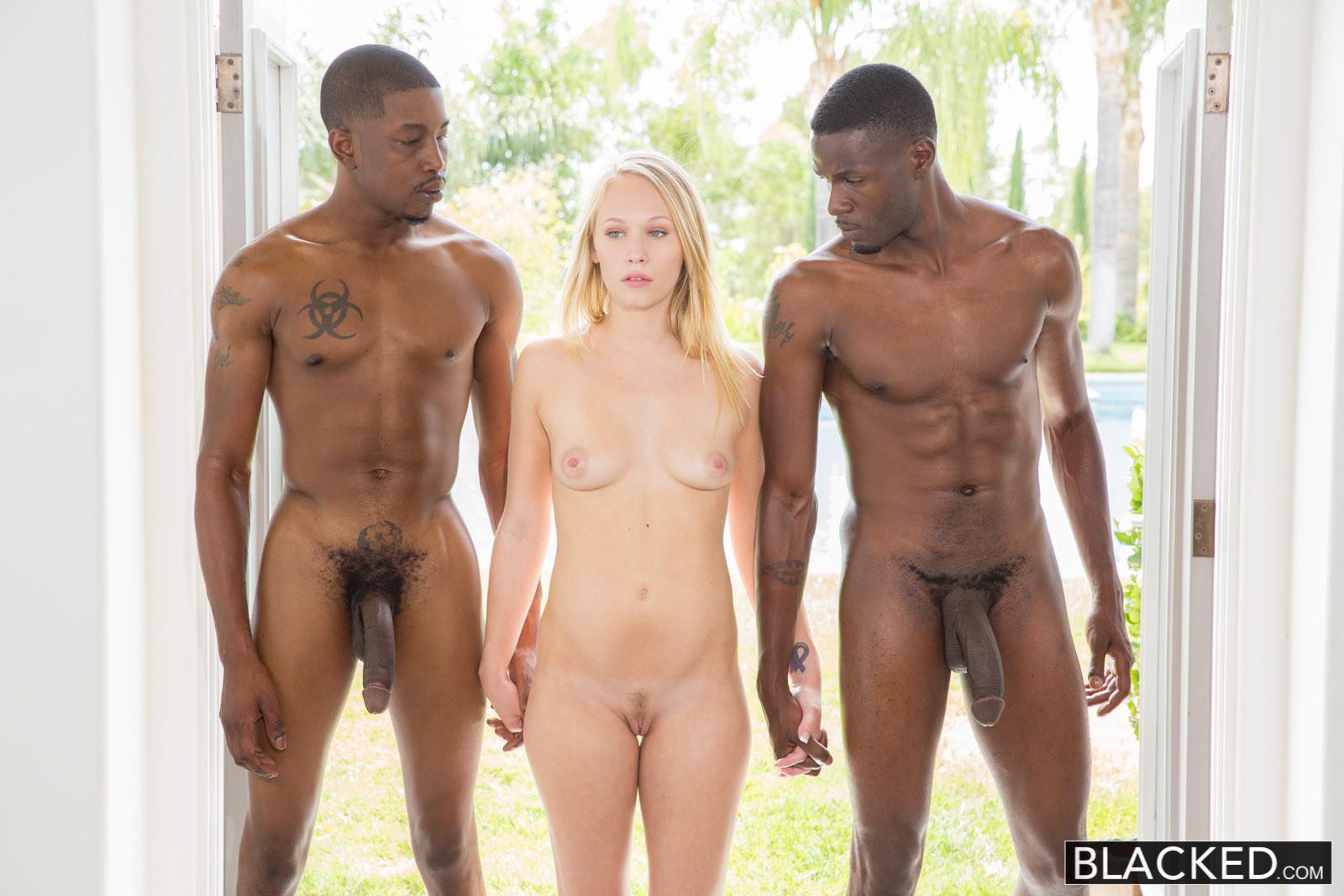 Блондинка оказывается между двумя огромными негритянскими членами - ей нравится мужское внимание