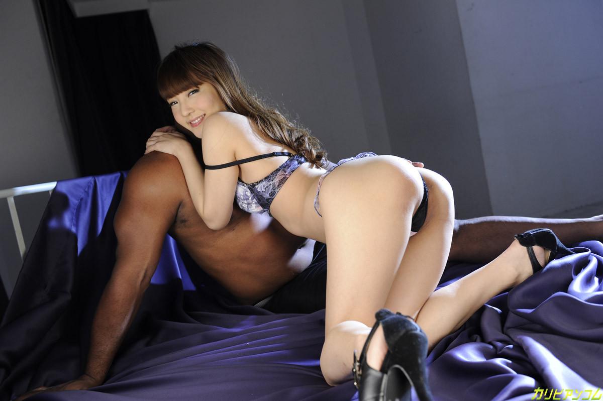 Азиатка показывает свое молодое тело и волосатую киску негру, а затем позволяет себя трахать