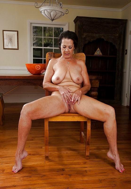 Зрелые телки оголят свои обвисшие груди, они бабки без комплексов, и трахнут кого угодно