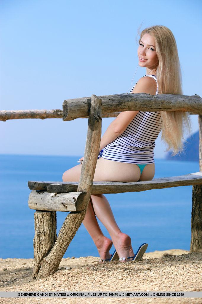Прекрасная природа подвигла девушку на эротическую фото сессию