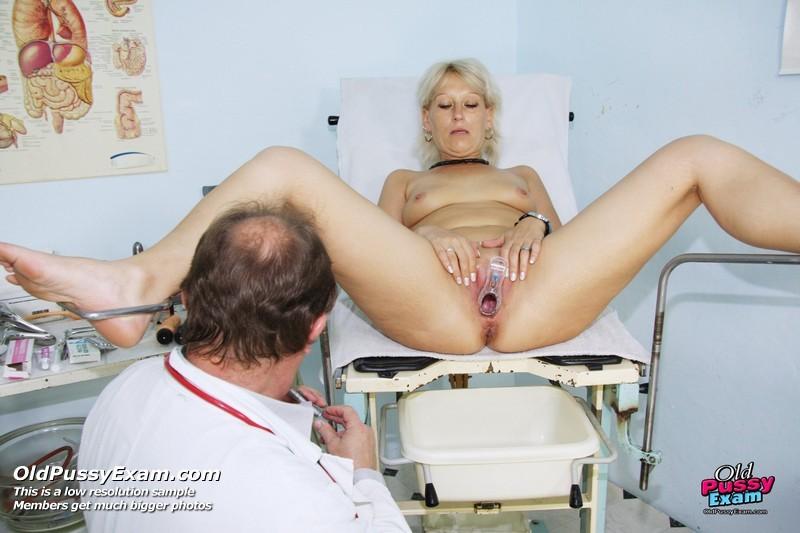 Опытный мужчина-гинеколог не только производит осмотр пациентке, но и доставляет ей удовольствие