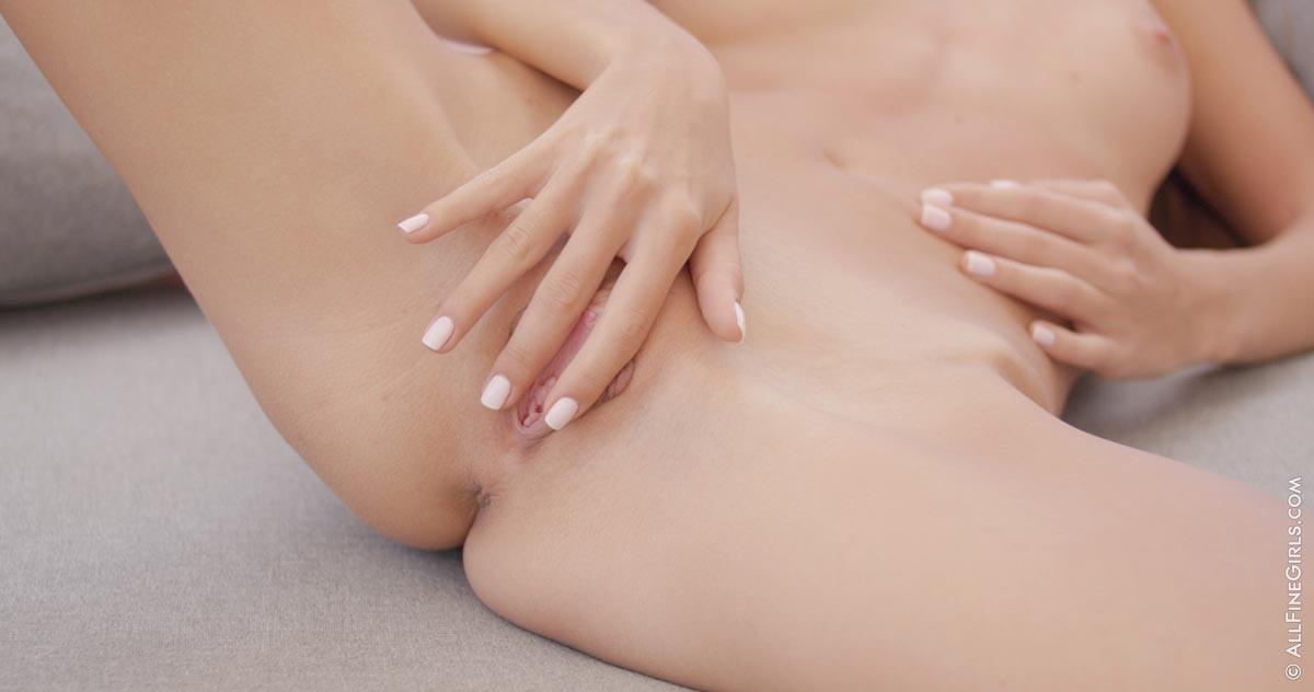 Российская миниатюрная блондинка мастурбирует сладенькую промежность