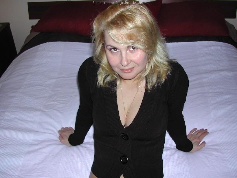 Опытная блондинка показывает свои сексуальные ножки для своего друга