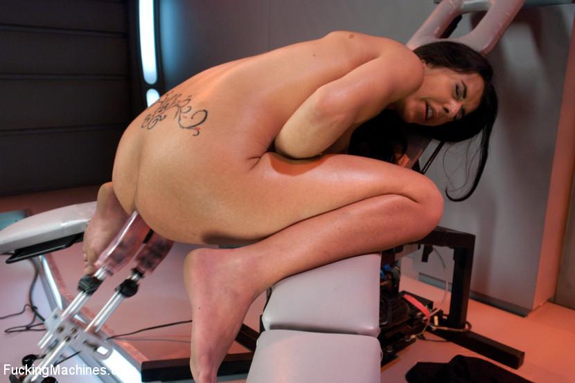 Брюнетка записалась на особые тренировки, там ей делают массаж вагины при помощи резинового члена