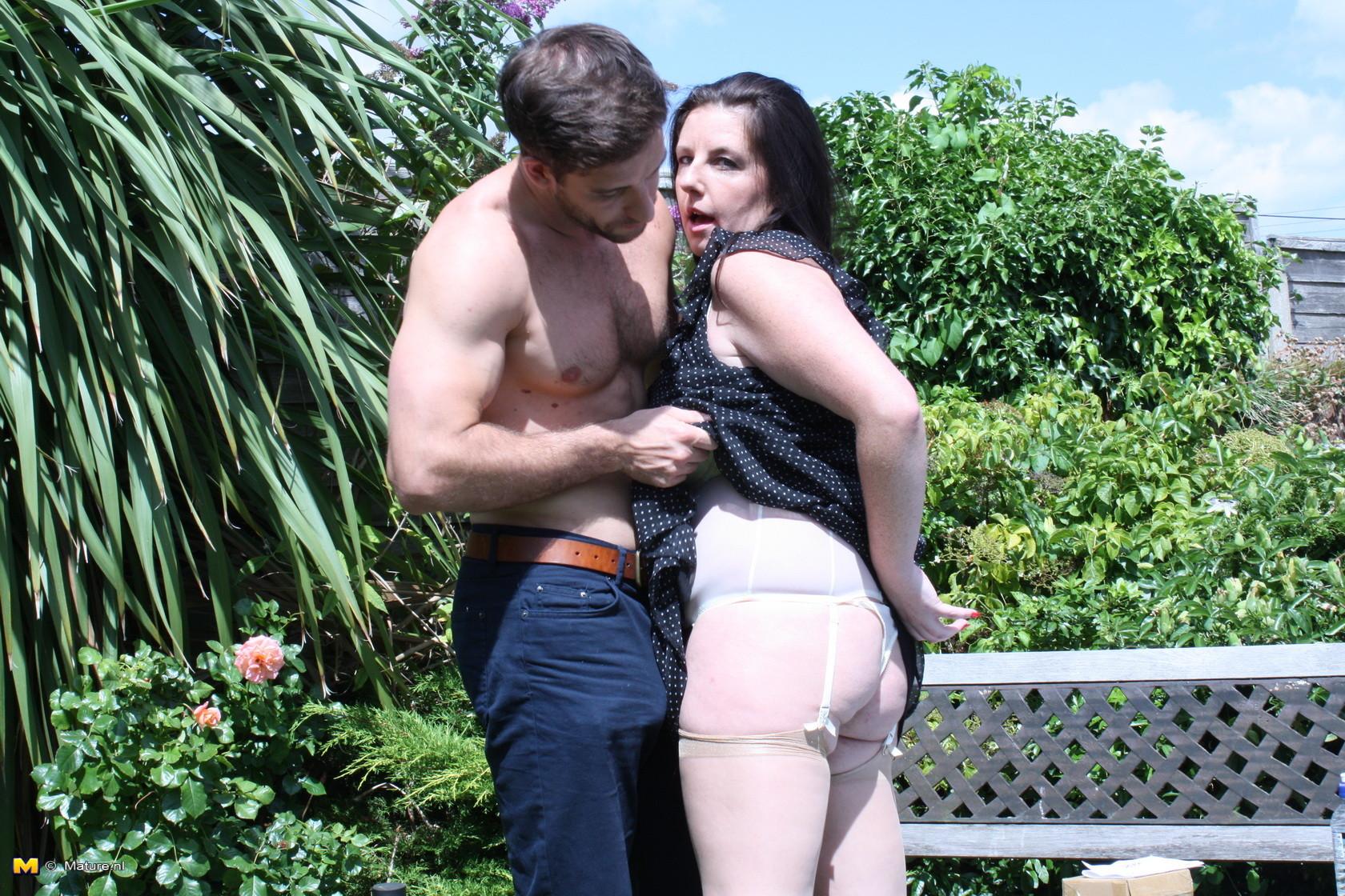 Пышная дамочка соблазняет симпатичного мужчину и с удовольствием отдается ему