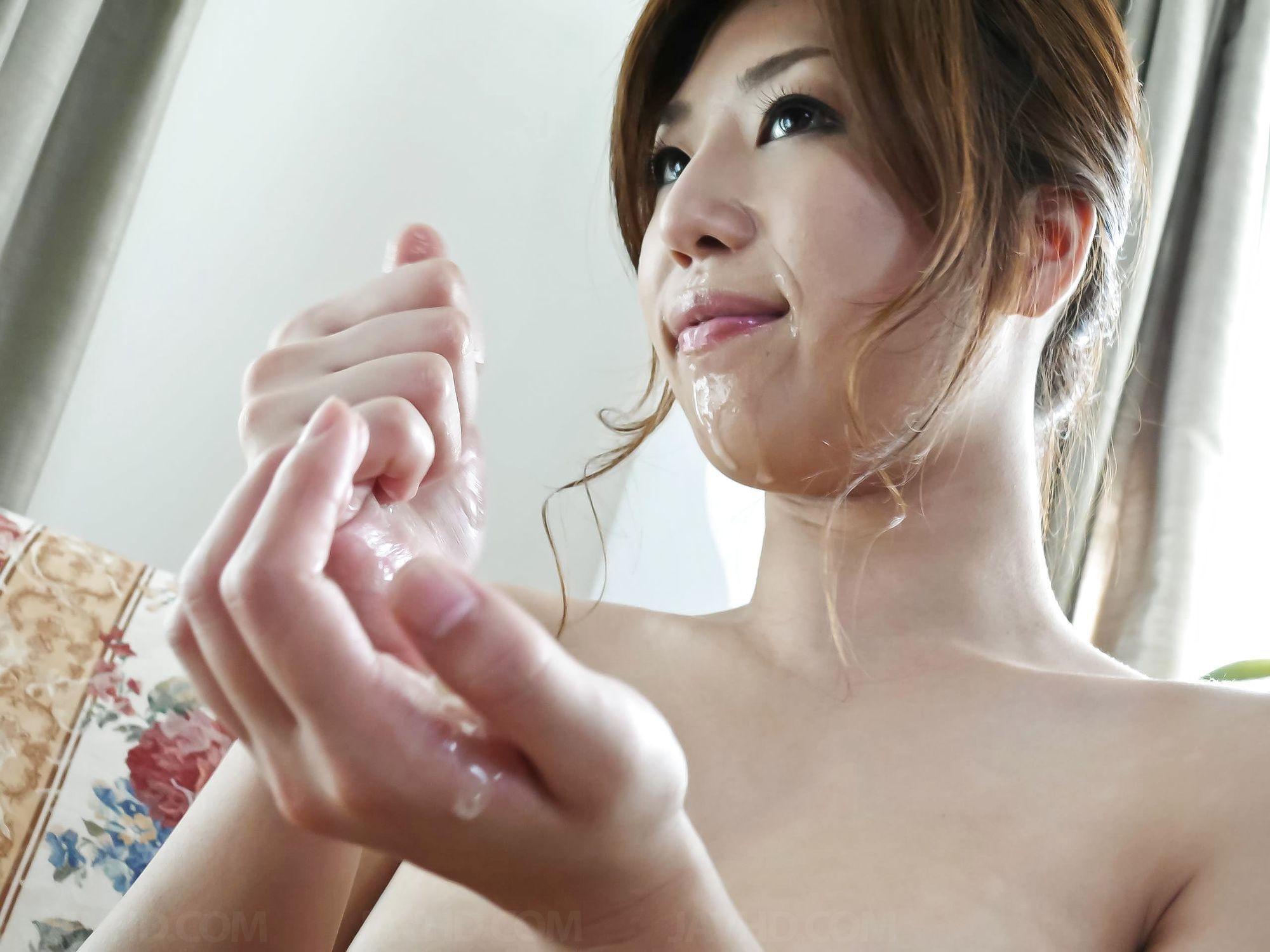Сексуальная девушка с Японии облизывает яйца и глоотает сперму