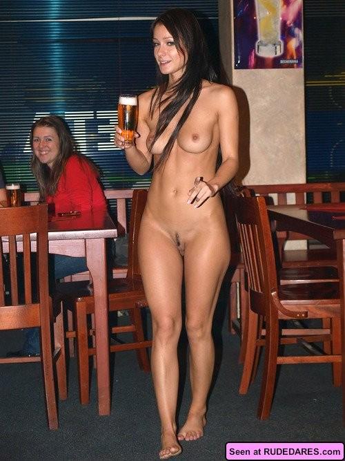 Сельские девки показывают всем свои голые сиськи, наверное, они хотят классного траха
