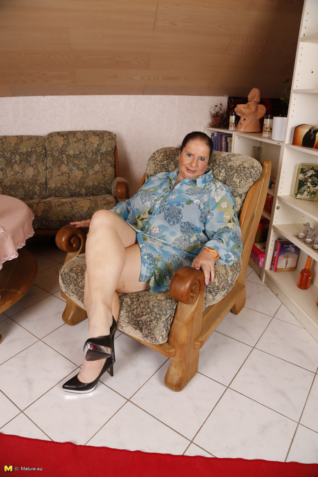 Зрелая леди с большой грудью соблазняет своих преданных поклонников