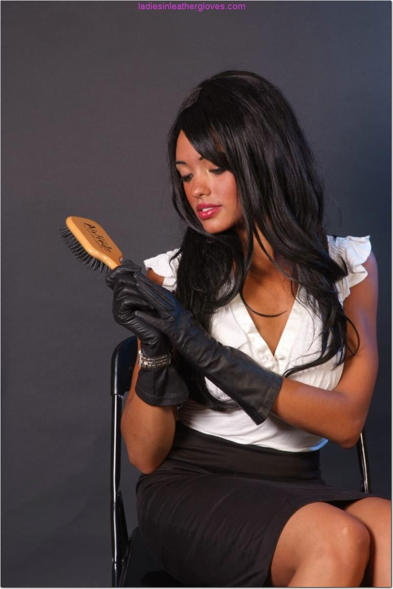 Сексапильная брюнетка работает секретаршей, она медленно снимет с себя блузку и оголит свои дойки