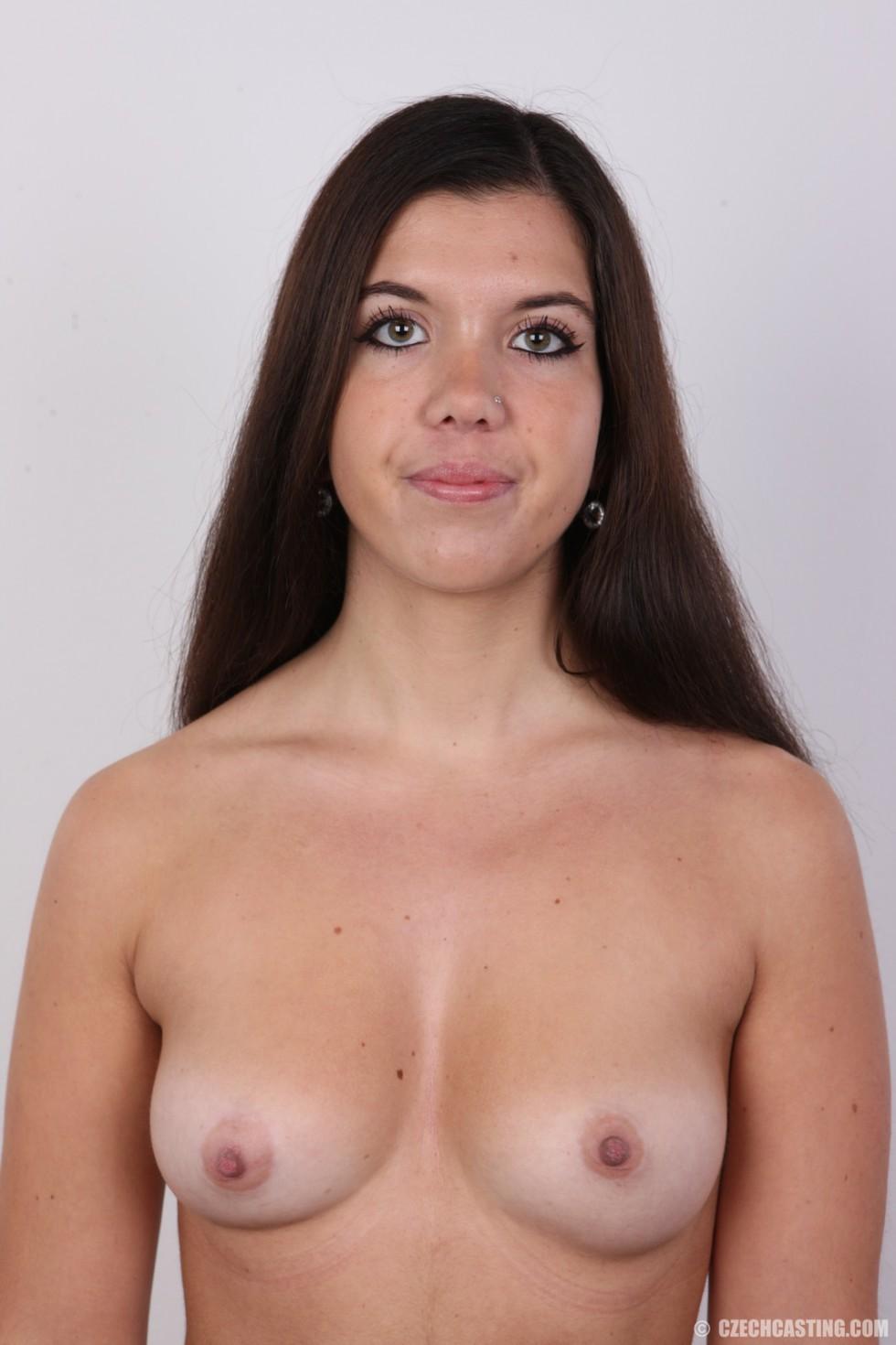 Длинноволосая брюнетка решила заработать денег эротической фото сессией