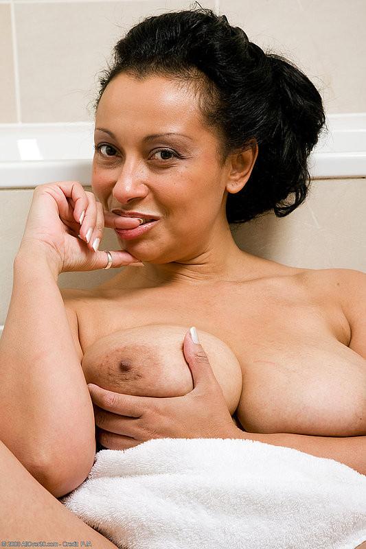 Роскошная латинская зрелая женщина моется в ванной и демонстрирует свои огромные сиськи и раскрытую пизду