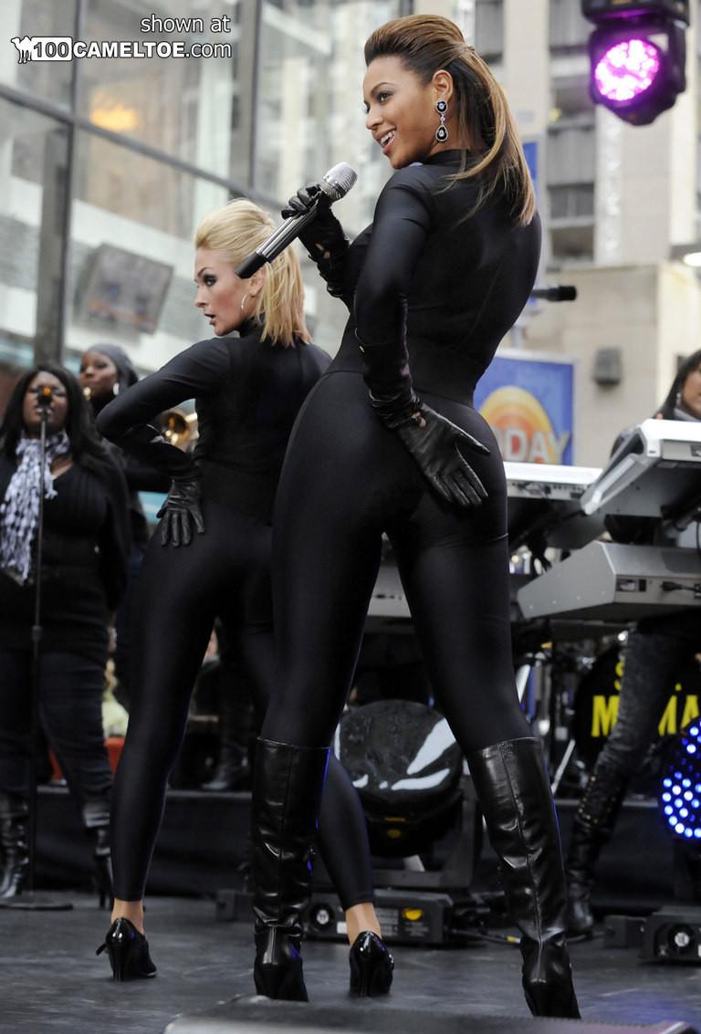 Певица Beyonce выступает на публике в сексуальном черном костюме