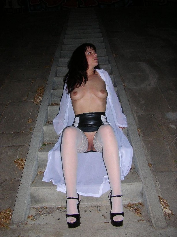 Брюнетка на ночной прогулке показывала дружку свои достоинства