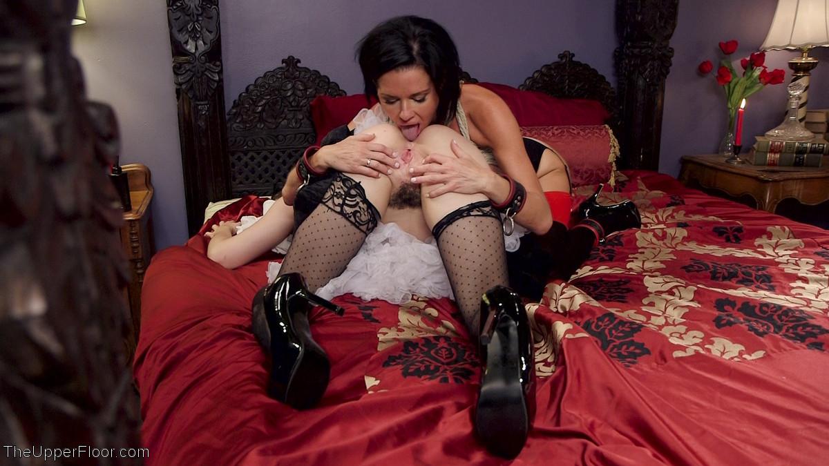 Бдсм для этой сексуально брюнетки устраивает семейная парочка, удовлетворить двоих нелегко