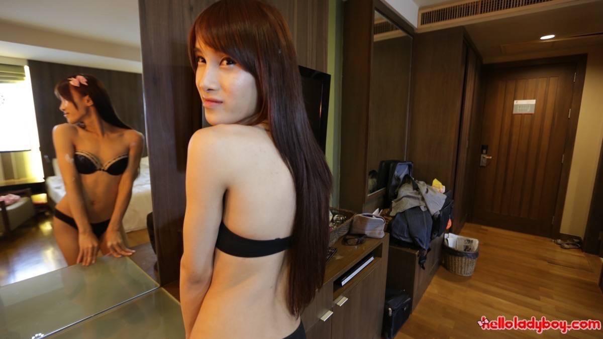 Милая тайская девушка кажется такой милой