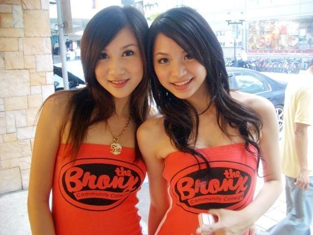 Пьяные девушки в клубе с большим удовольствием показывают грудь