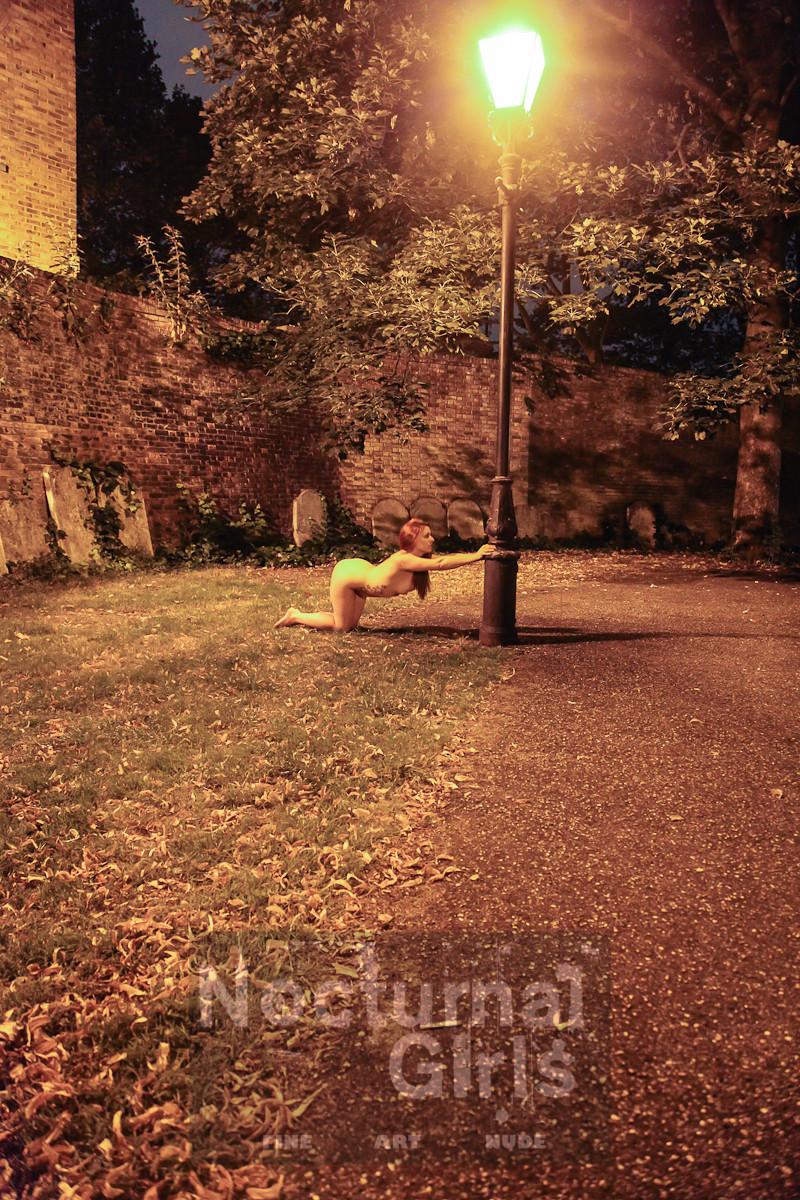 Изабель Дин – девушка без комплексов, поэтому показывает свои прелести прямо на фоне ночного города