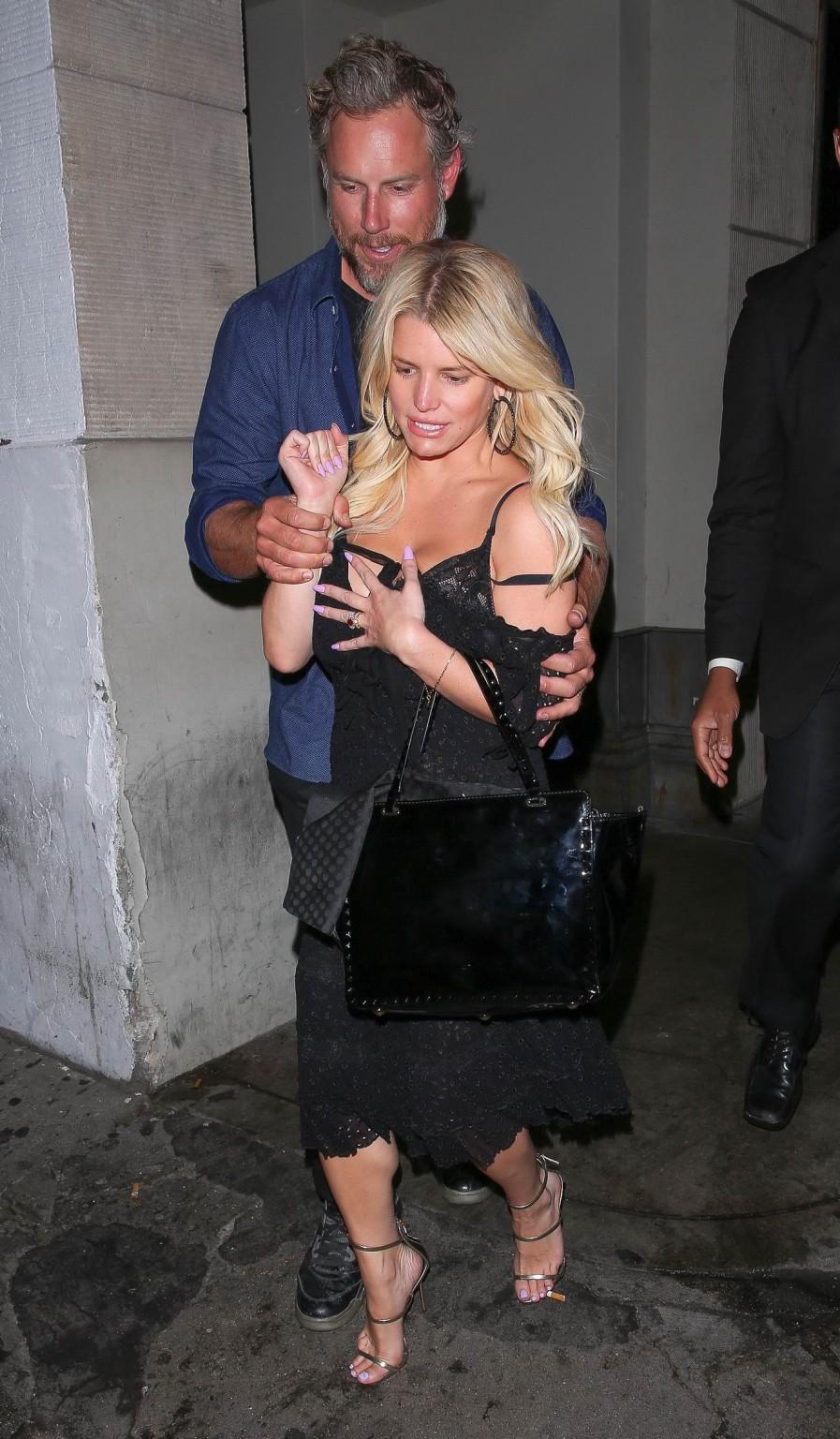Развратную блондинистую актрису проводит к машине её хахаль