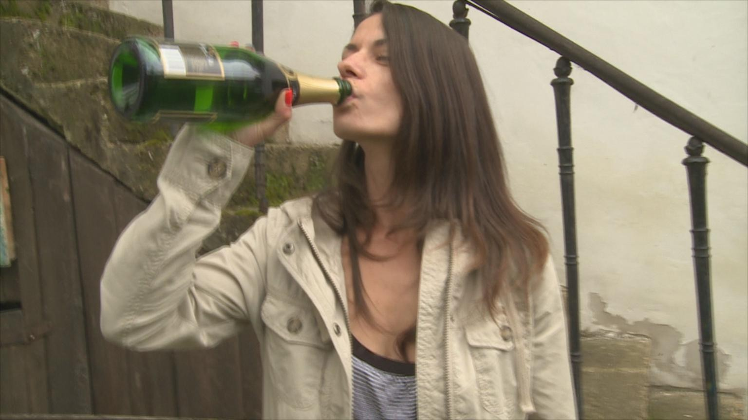Люди пьют и трахаются прямо на природе