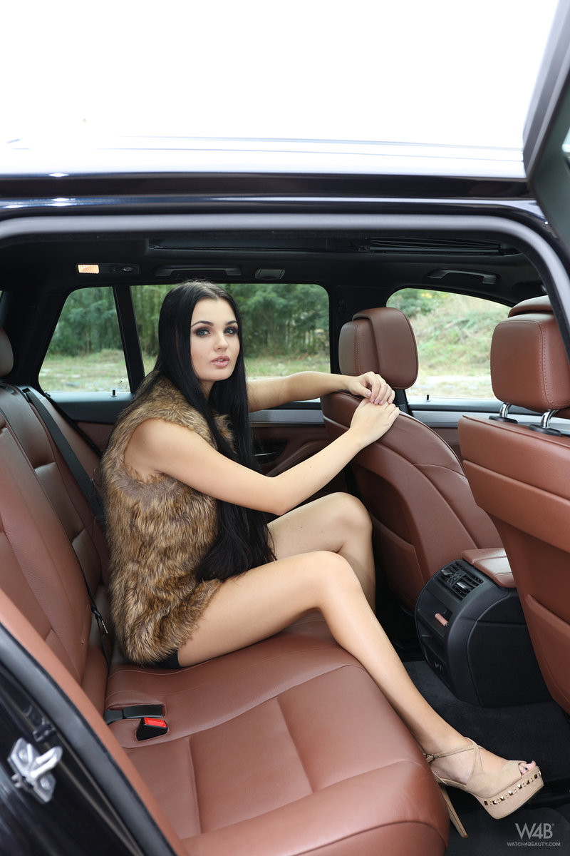 Майл порно в машине с брюнеткой