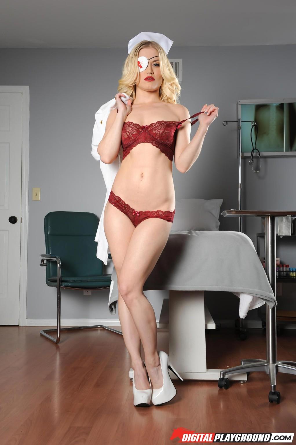 Сексуальная медсестра с торчащими сиськами красиво позирует в своем кабине, поджидая очередного пациента