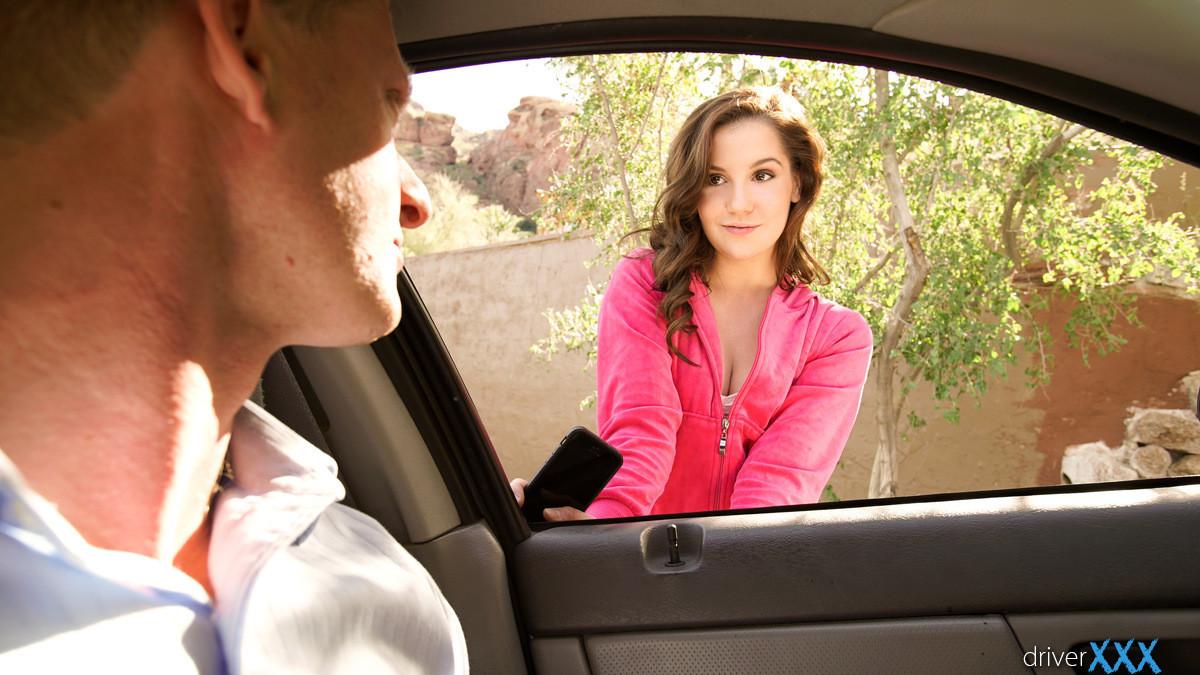 В машине паренек засадил в ротик своей обалденной влажной сучке