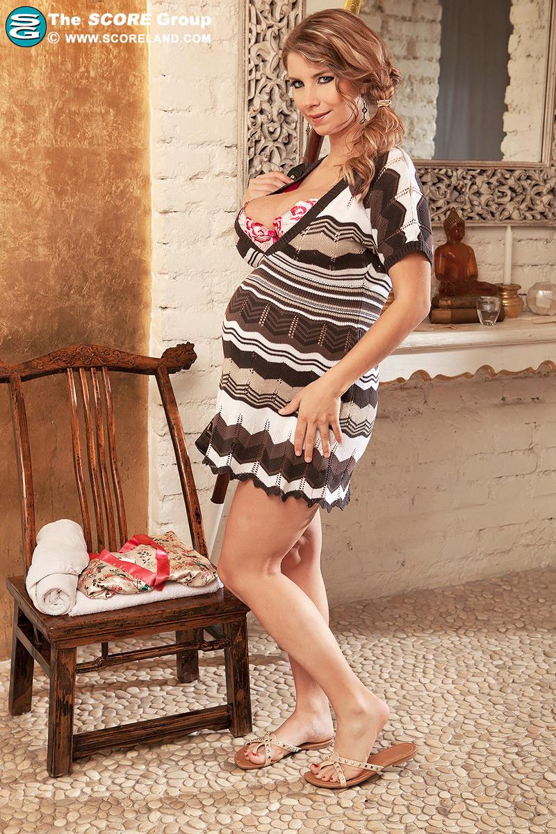 Пышногрудой беременной телке делает массаж пацан в майке и сует между сисек