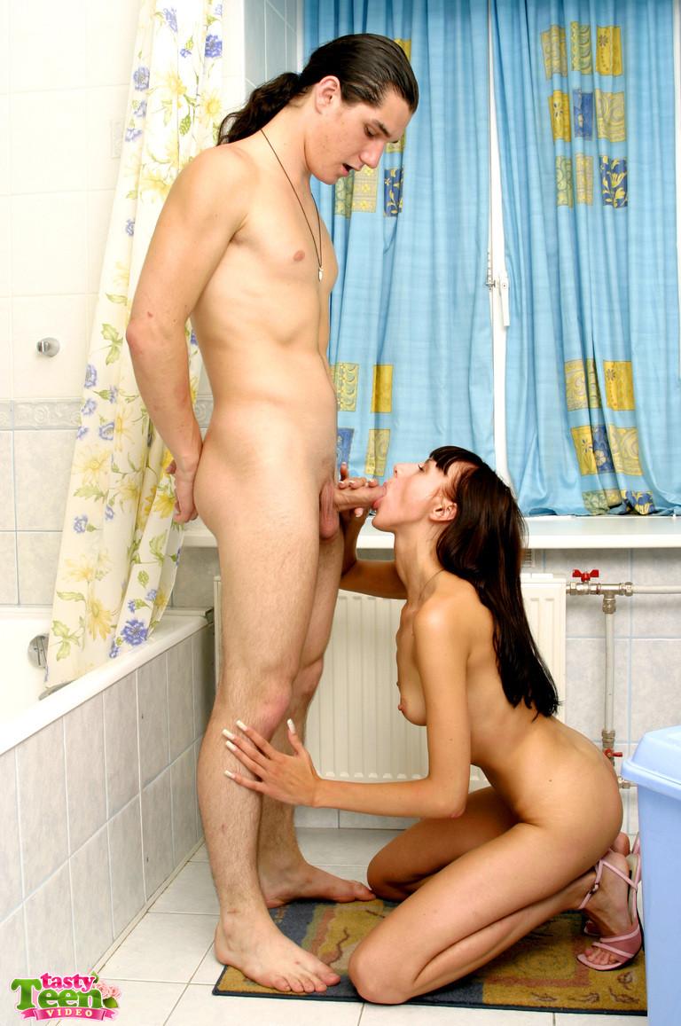 Парниша соблазняет девушку на секс и она дает ему обкончать все свое нежное личико