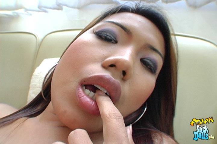 После крутого совокупления паренек спустил тепленькую сперму в рот азиатки
