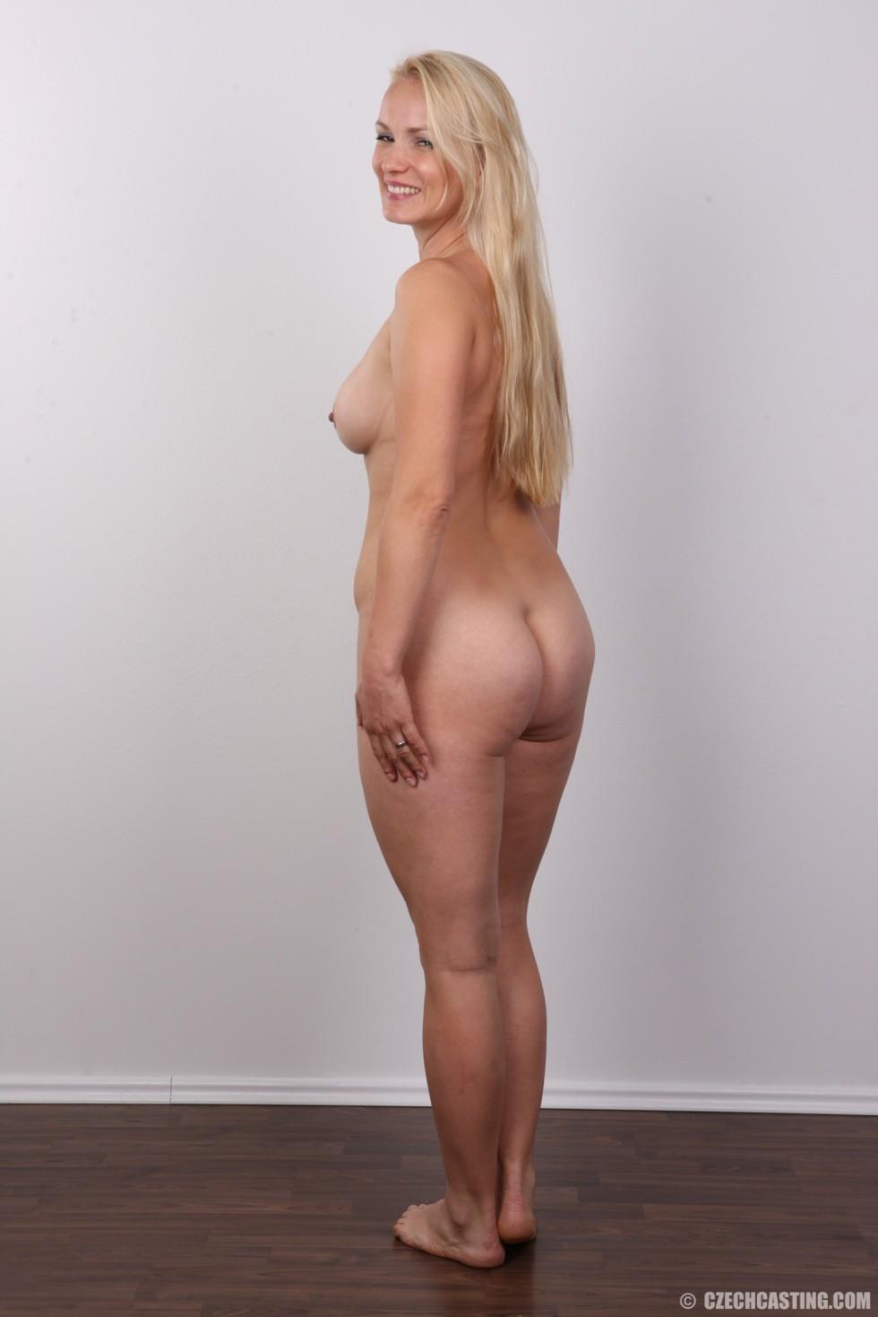 Блондинка с большой попкой и тату на спине оголила свое тело на камеру