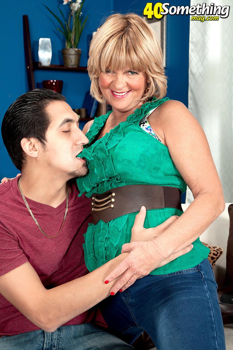 Элара Элис показывает, как она умеет в своем зрелом возрасте соблазнять молодых мужчин