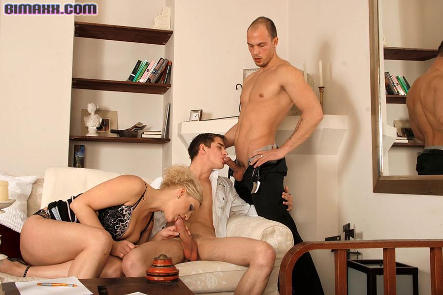 Свингеры приглашают мужика, чтобы муж попробовал пенис в рот и вставил своего дружка в анал самцу